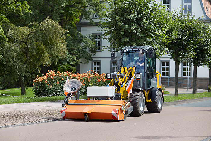 Wheel Loader with sweeping broom type 520 dual in action